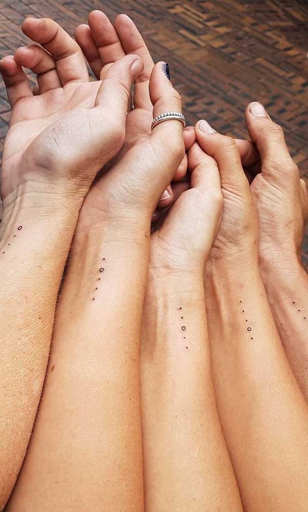 Já pensou em fazer uma tatuagem de irmãs delicadas?
