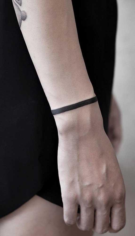 Você pode investir em traços grossos na sua tatuagem bracelete.