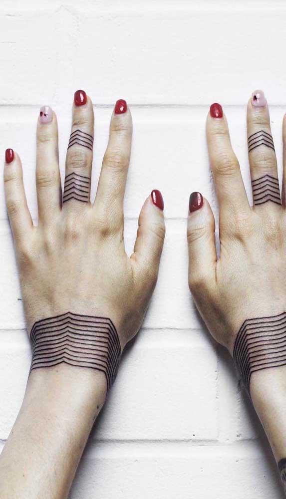 O mesmo desenho da tatuagem bracelete que pode ser usada para colocar nos dedos.