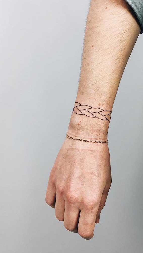 Ao invés de uma tatuagem bracelete, que tal fazer duas no mesmo pulso?