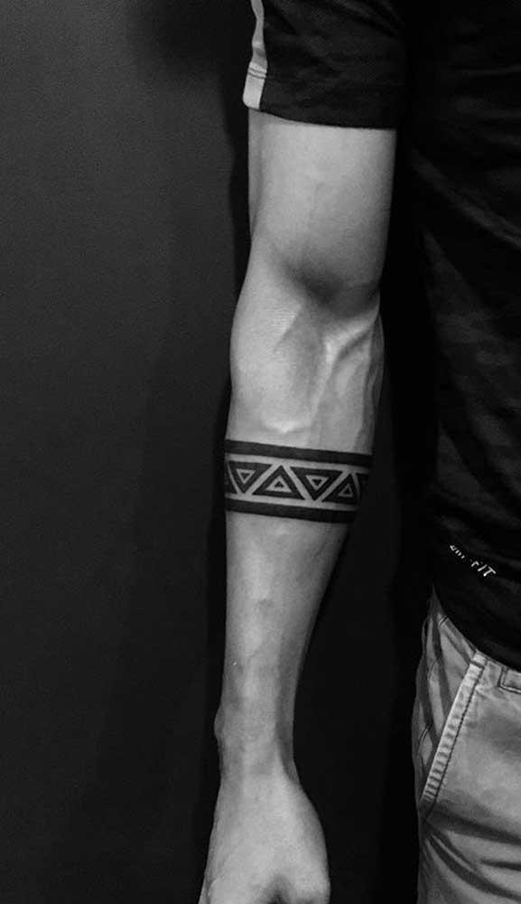 A tatuagem bracelete maori é uma ótima opção para quem deseja fazer algo mais significativo.