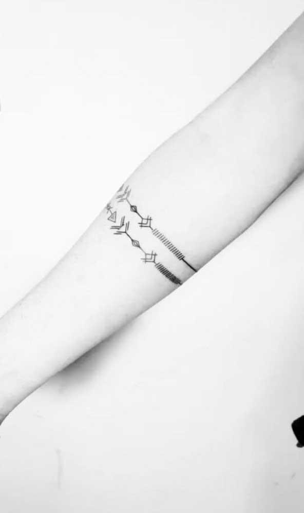 A flecha é uma ótima opção de desenho para fazer uma tatuagem bracelete.