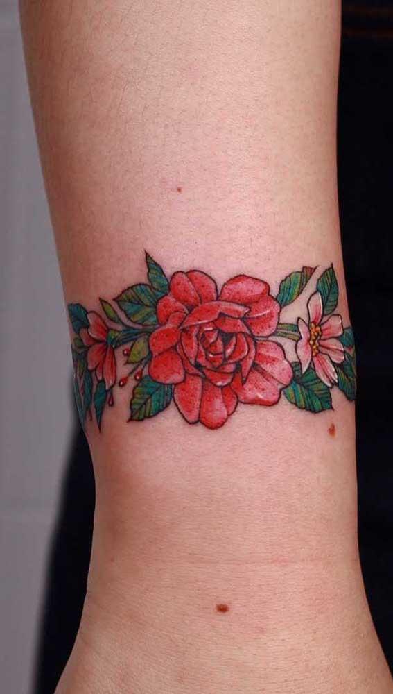 O que acha de desenhar uma bela flor vermelha na sua tatuagem bracelete?