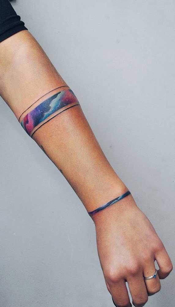 Mas é incrível como a tatuagem colorida chama bastante atenção.