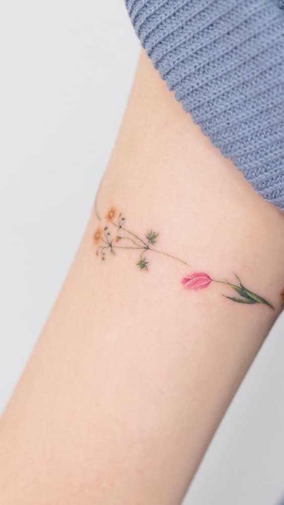Flores são perfeitas para uma tatuagem feminina delicada.