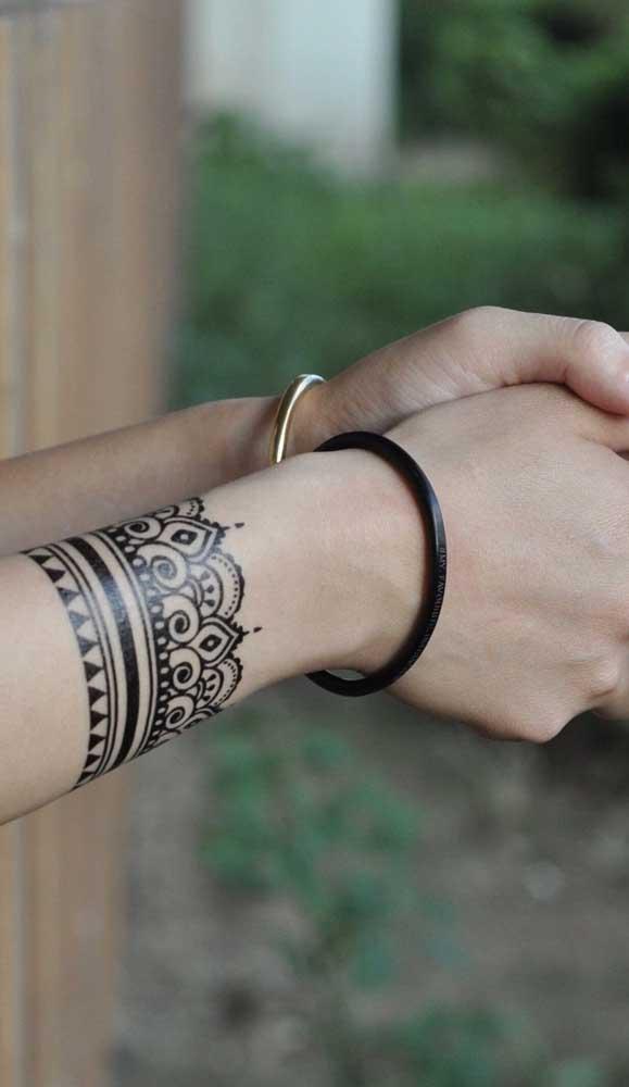A tatuagem bracelete indiano pode ser feita com henna para ficar mais realista.