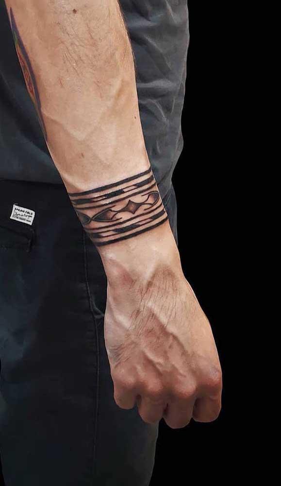 No pulso, a tatuagem bracelete tribal é uma das mais usadas pelos homens.
