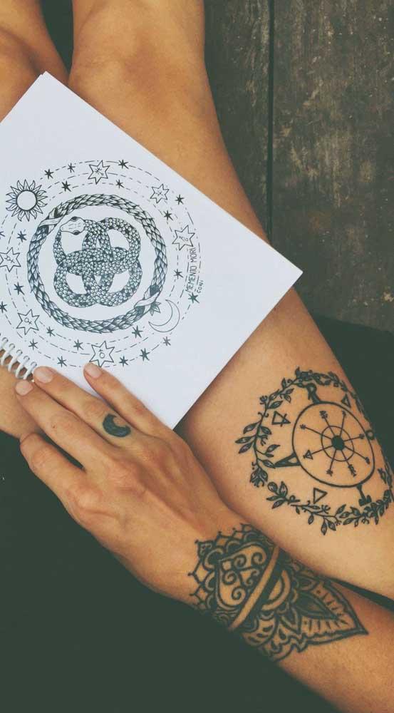 O ideal é levar para o tatuador uma imagem da figura que você quer na sua tatuagem bracelete.