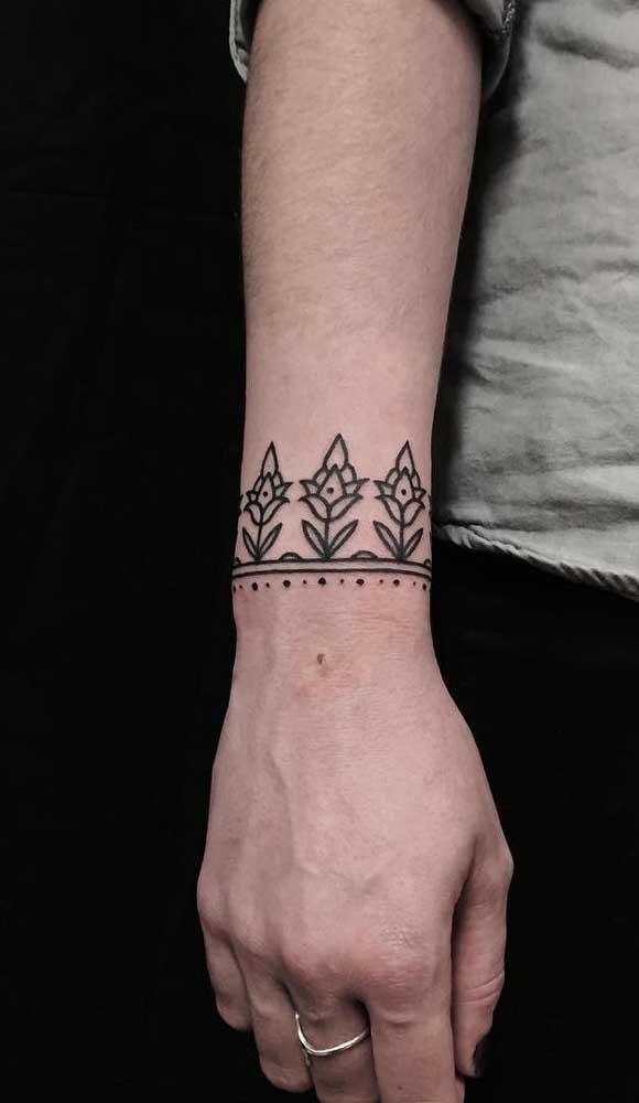 Use a criatividade na hora de fazer a tatuagem bracelete.