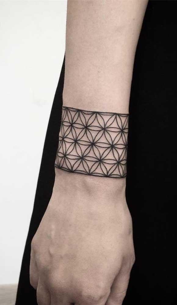 Essa tatuagem tipo bracelete mais parece uma pulseira no pulso, não é mesmo?