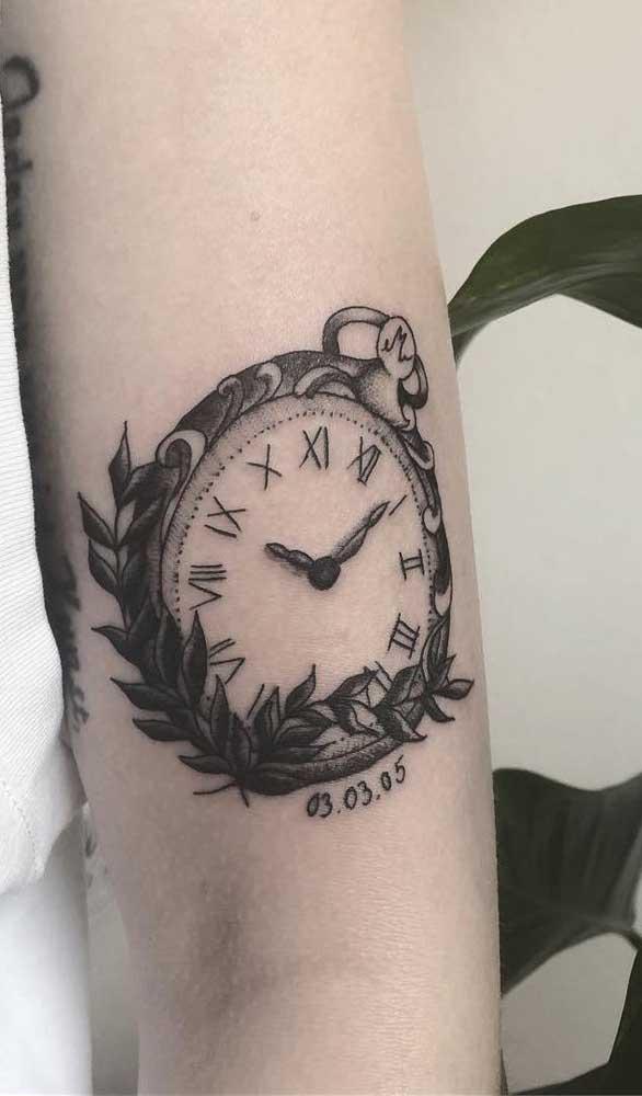 Você pode desenhar o clássico relógio romano com a coroa de folhas.