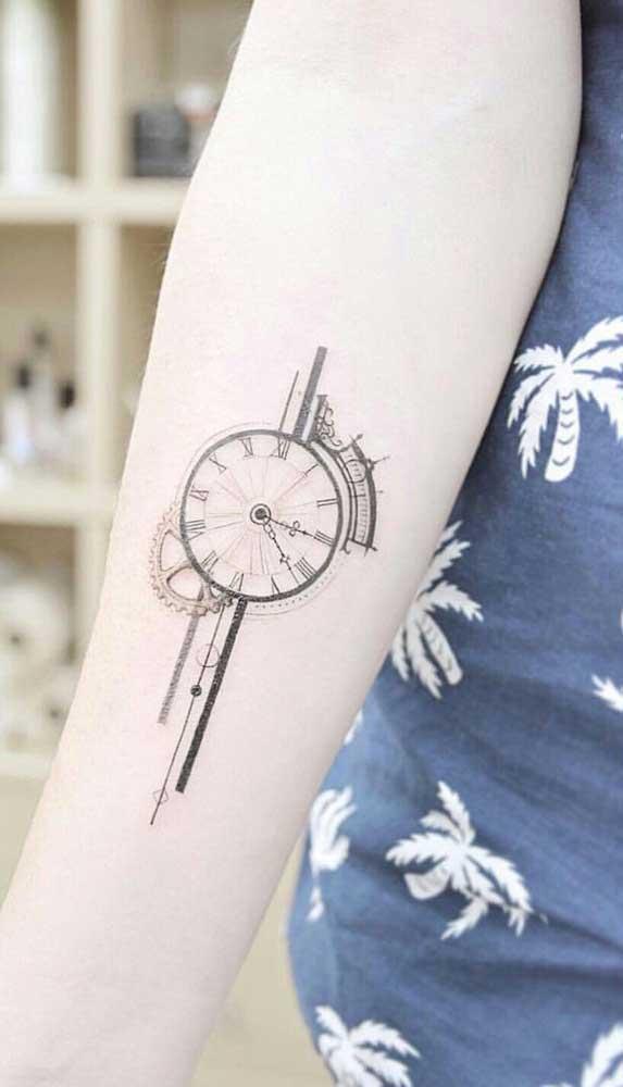 Use e abuse da criatividade na hora de fazer a sua tatuagem de relógio.