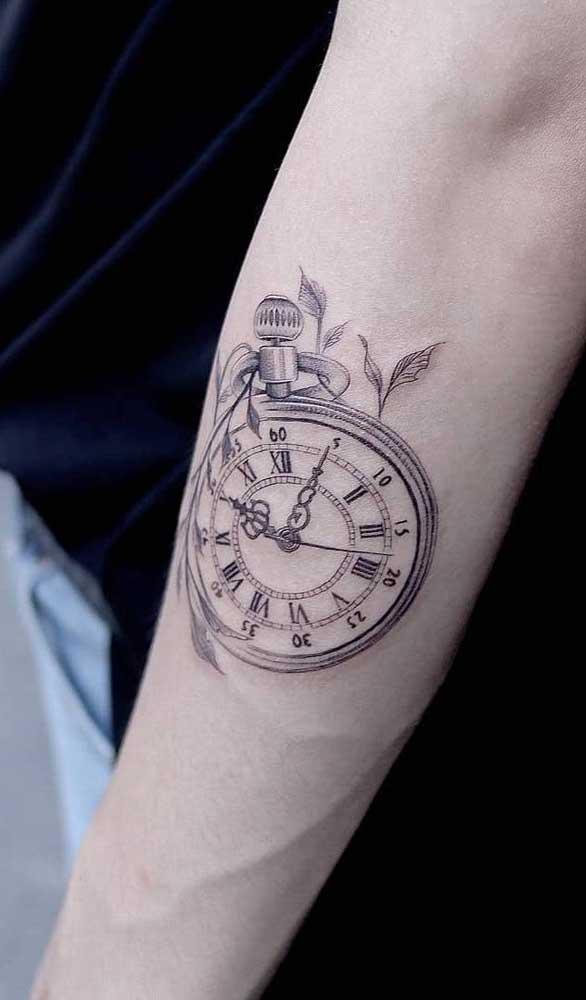 A tatuagem de relógio no braço é uma das mais pedidas.