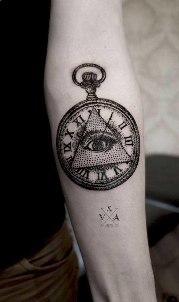 O olho que tudo vê combinando com o relógio que significa o tempo.