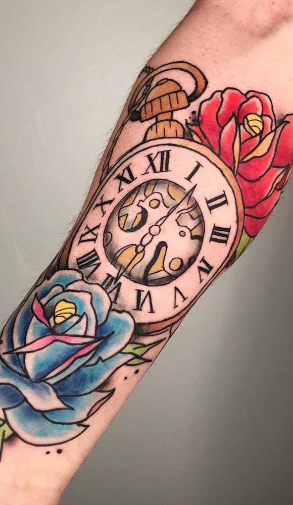 A tatuagem colorida deixa o desenho ainda mais marcante.