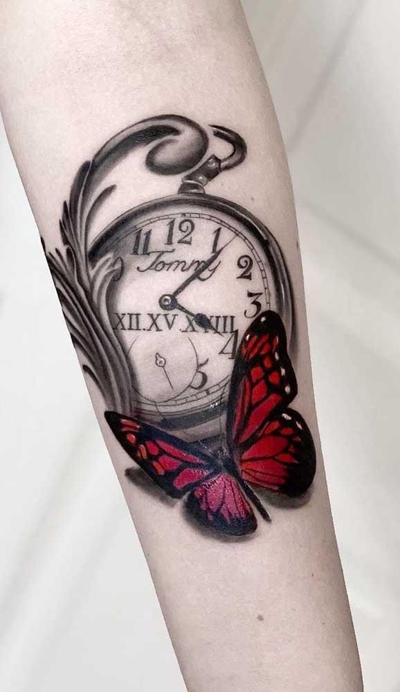 Que tal acrescentar uma borboleta na sua tatuagem de relógio?