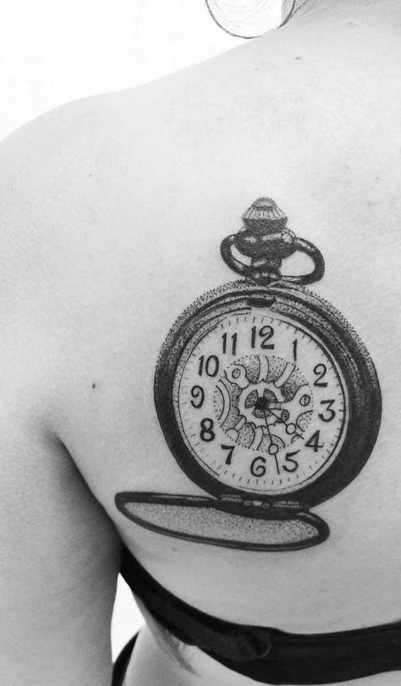 Já pensou em fazer uma tatuagem de relógio antigo nas suas costas?