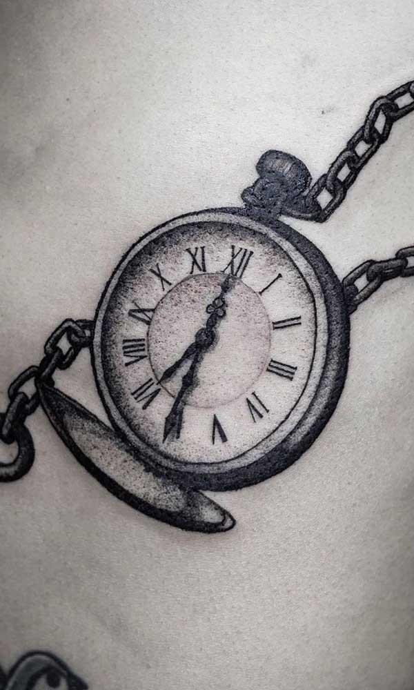 Existem várias opções de desenhos para você escolher na hora de fazer a tatuagem de relógio.