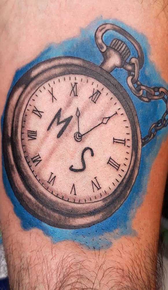 Dá até para apostar em uma tatuagem de relógio de bolso.