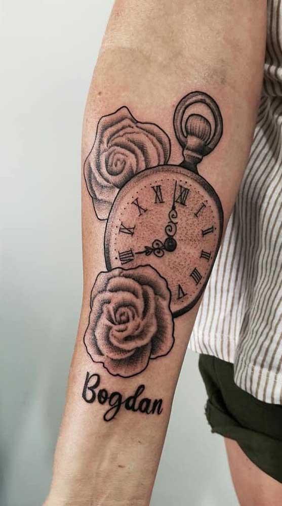 Já pensou em fazer uma tatuagem de relógio com rosas?