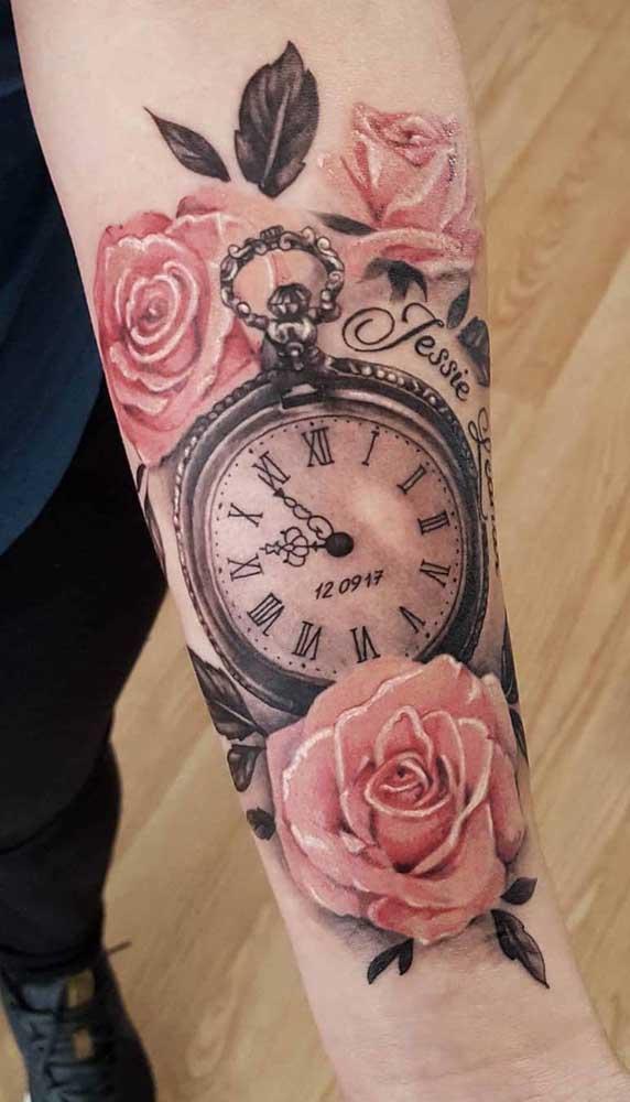Relógio com rosas é uma combinação perfeita.
