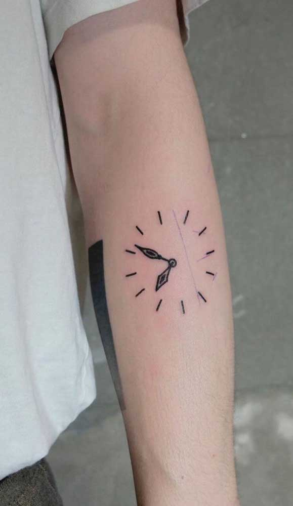 Pode até fazer uma tatuagem de relógio bem discreta.