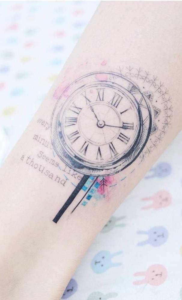 Olha que ideia de tatuagem diferenciada: um desenho colorido quase apagado.