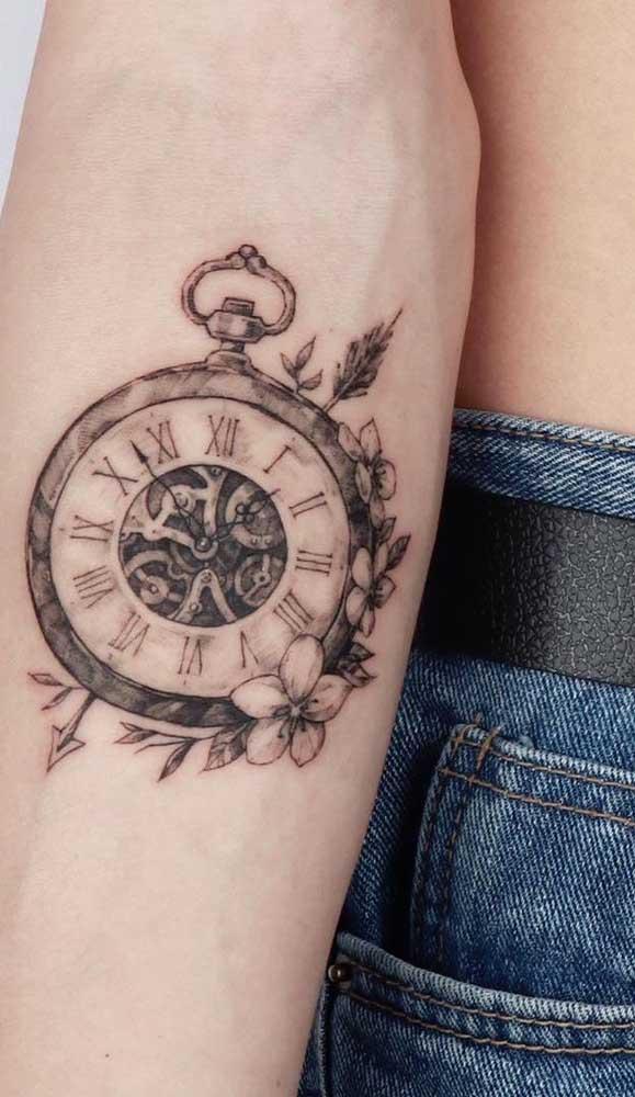 Veja que linda essa tatuagem de relógio com flores.