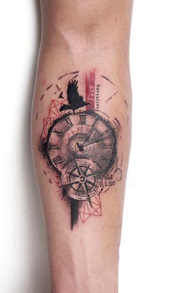 Que tal fazer uma combinação de tatuagem de relógio e bússola ao mesmo tempo?