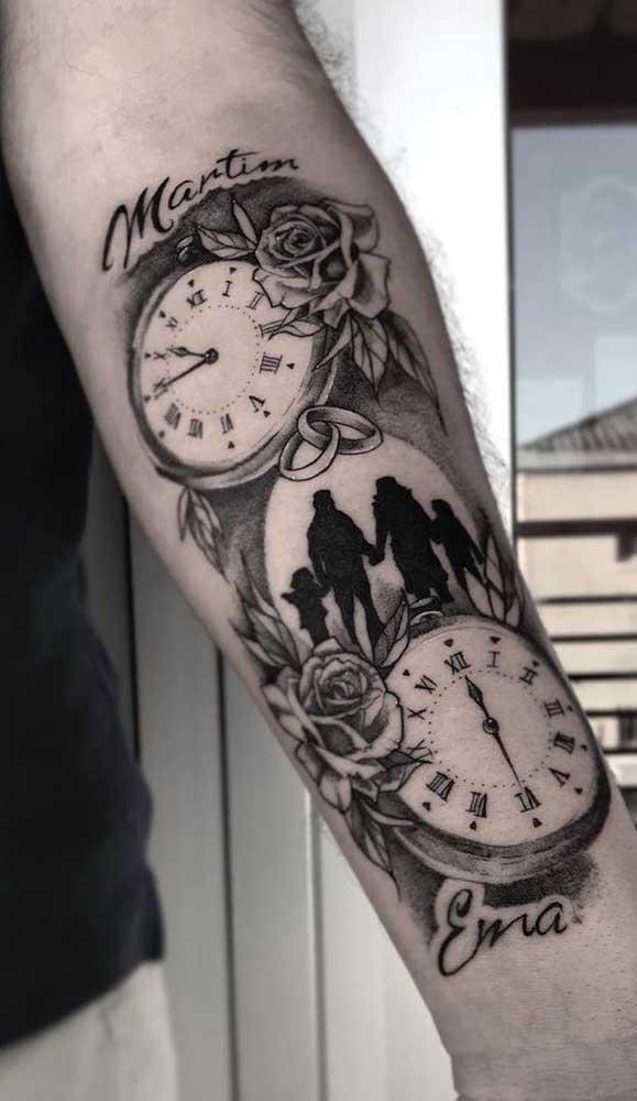A tatuagem de relógio também pode ser escolhida para representar o amor sem fim entre duas pessoas.