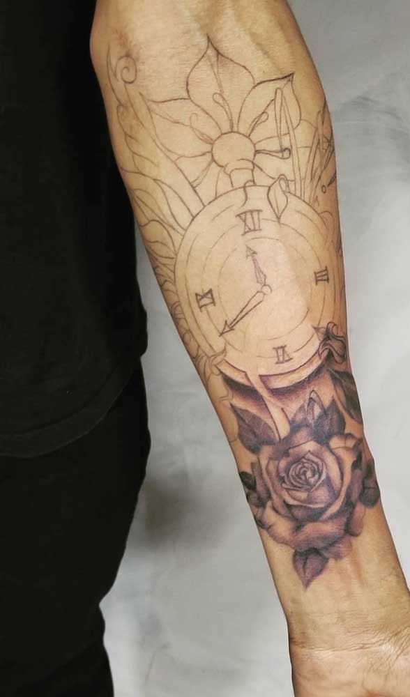 A tatuagem de relógio pode ter significado diferente para cada pessoa.