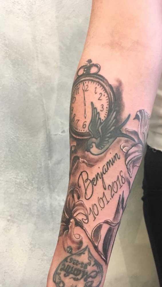 Mas eternizar a data de nascimento do filho é a escolha mais comum de quem deseja tatuar relógio.