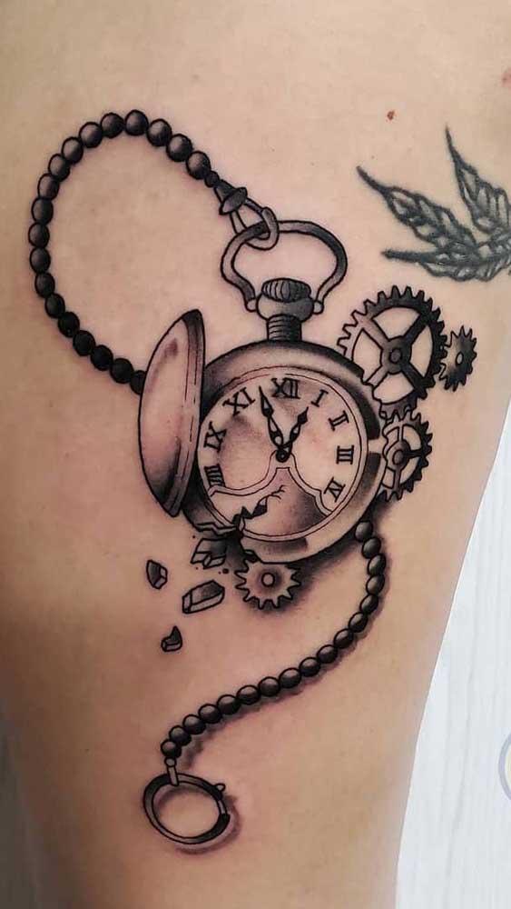 A tatuagem de relógio romano é uma das mais clássicas.
