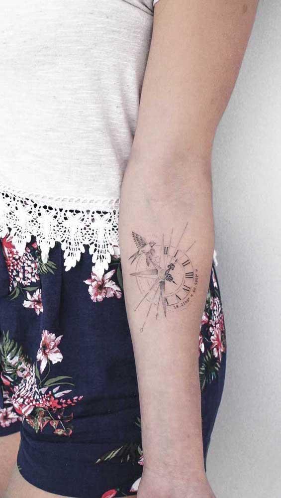 O que acha de apostar em uma tatuagem de relógio no braço feminina?