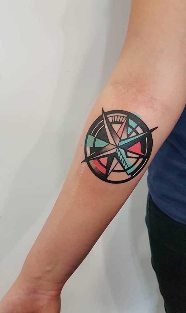Que tal fazer uma tatuagem rosa dos ventos totalmente colorida?