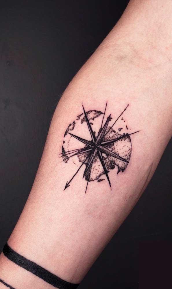 Existem várias estilos e formas de fazer uma tatuagem rosa dos ventos.