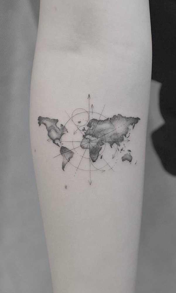 É possível fazer uma tatuagem rosa dos ventos feminina.