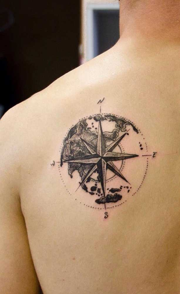 Mas há quem prefira a tatuagem rosa dos ventos nas costas.