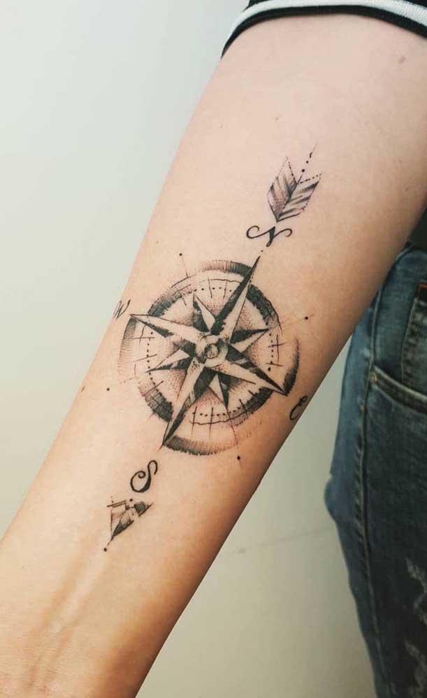 Inspiração é o que não falta para a tatuagem rosa dos ventos.