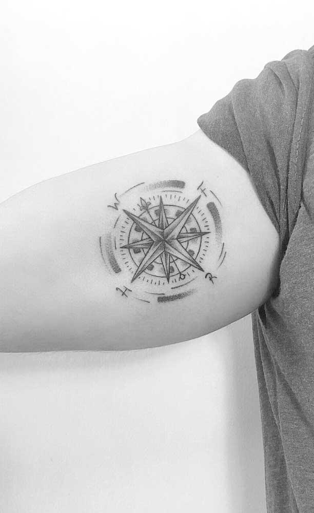 Você pode juntar a tatuagem rosa dos ventos com outro elemento.