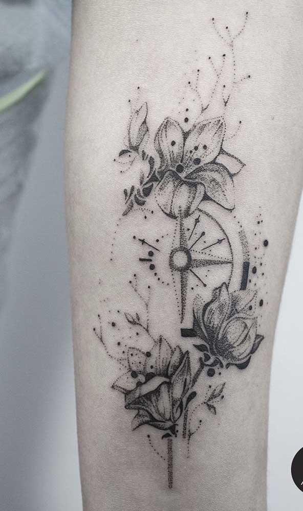 Não há nada mais delicado do que a combinação da tatuagem rosa dos ventos com flores.