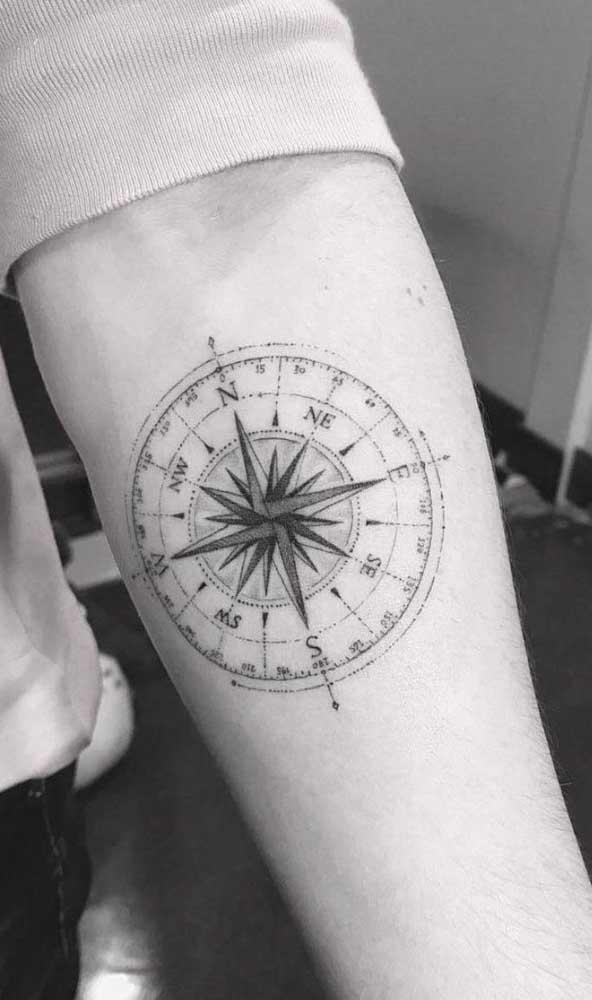 Você pode fazer uma tatuagem rosa dos ventos cheia de detalhes.
