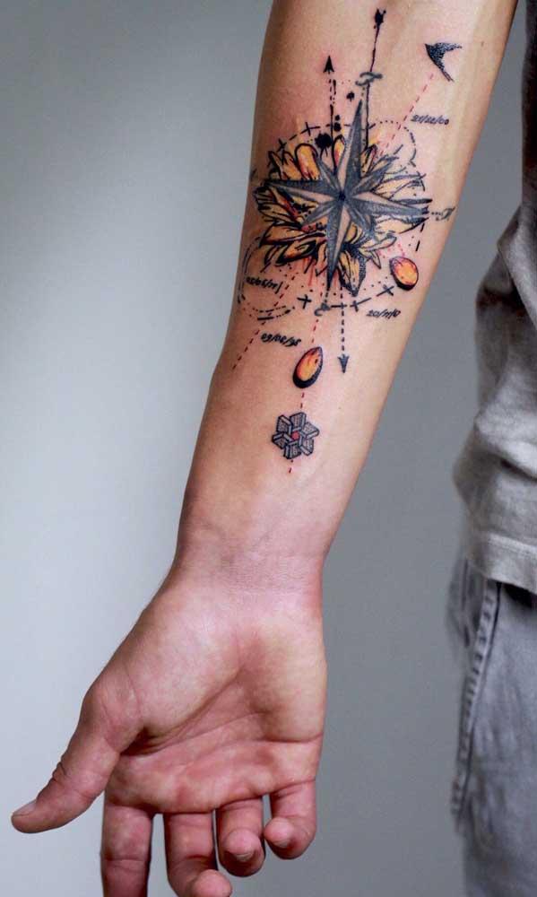 A tatuagem colorida chama mais atenção.