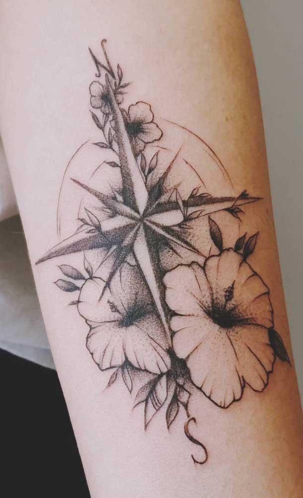 Mais uma opção de tatuagem rosa dos ventos com flores.