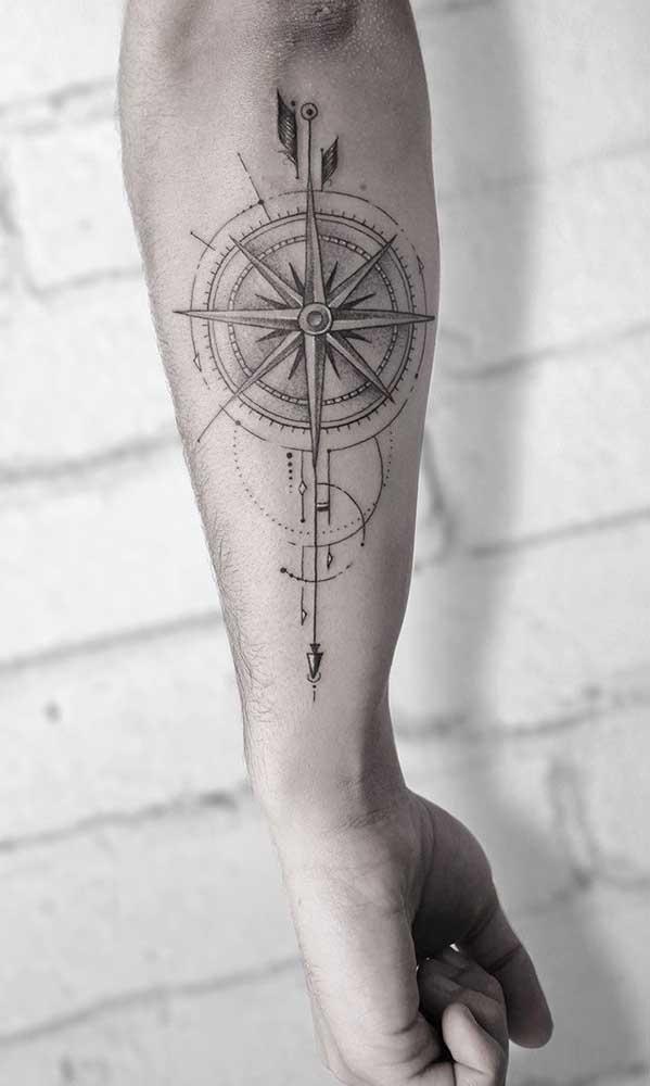 Olha que linda essa tatuagem rosa dos ventos no braço.