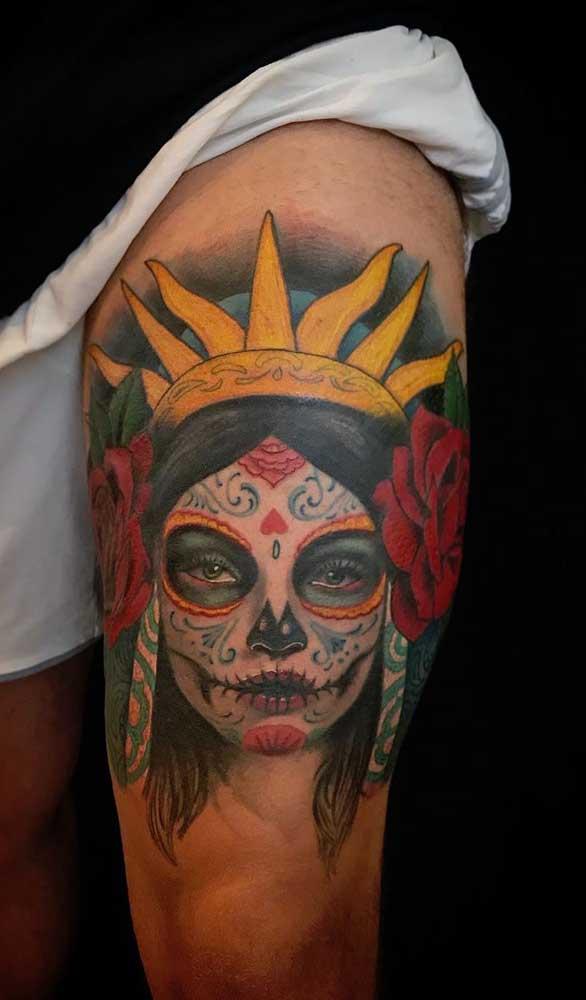 Que tal essa tatuagem catrina na coxa no estilo índia?