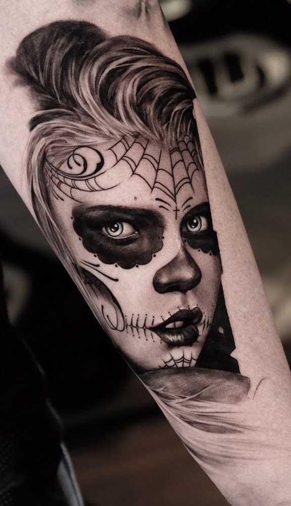 Você pode escolher a imagem que quiser na hora de fazer a catrina tatuagem.