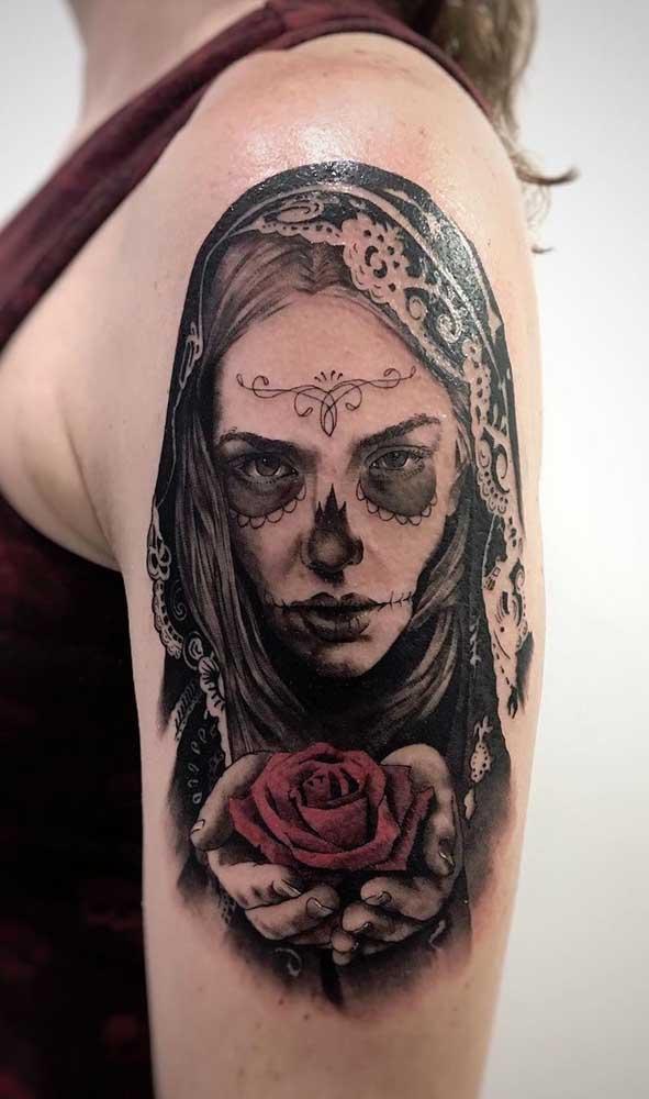 Mas as mulheres não ficam de fora na hora de escolher uma tatuagem catrina no braço.