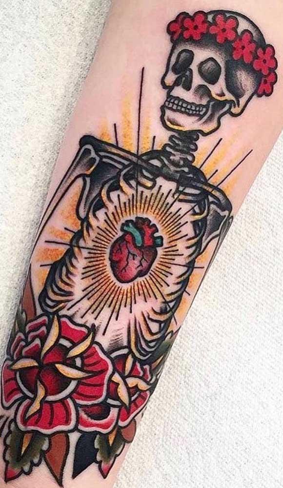 Uma boa ideia é fazer uma tatuagem catrina colorida.