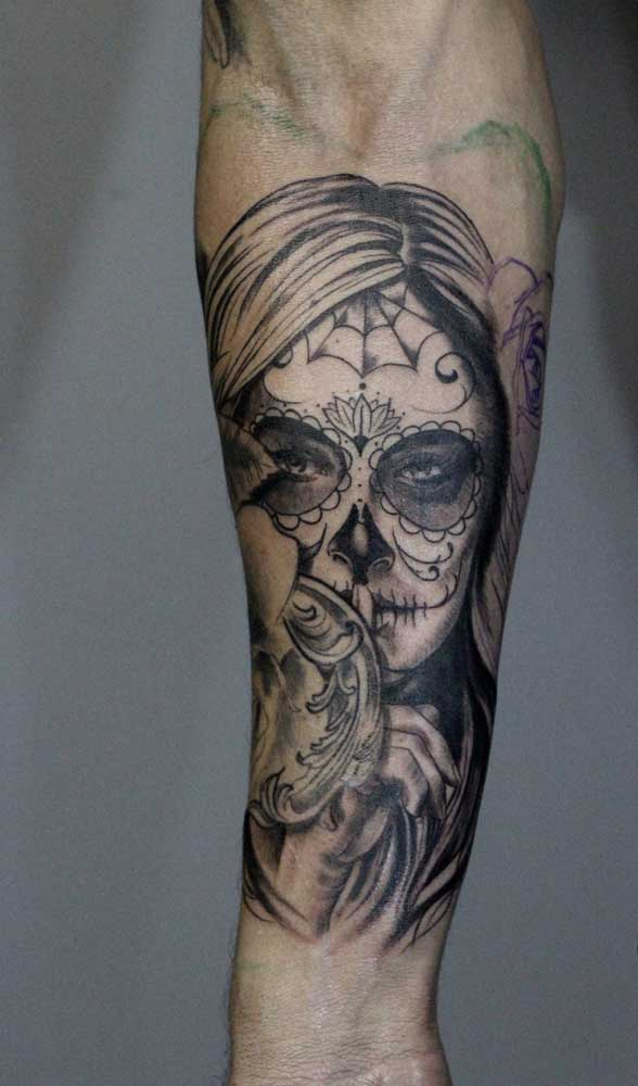 É possível fazer a tatuagem catrina com traços mais finos.